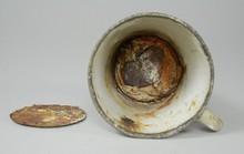 Kho báu bí mật bên trong chiếc cốc hơn 70 năm tuổi