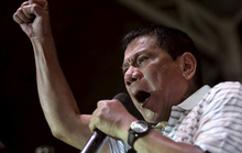 Họp báo nửa đêm, ông Duterte đuổi hết người cũ