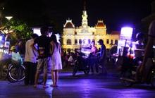 Chợ tự phát nhếch nhác tại phố đi bộ Nguyễn Huệ