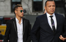 Cha con Neymar ăn mặc như tài tử khi hầu tòa