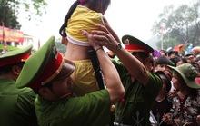Khóc thét, ngất xỉu giữa biển người trong lễ hội Đền Hùng