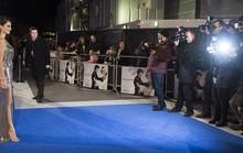Penelope Cruz khoe chân thon trên thảm xanh