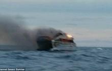 Úc: Du thuyền bốc cháy, khách Trung Quốc nhảy xuống biển