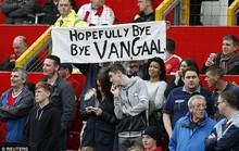 Van Gaal bị CĐV la ó đòi sa thải khi nói lời tri ân