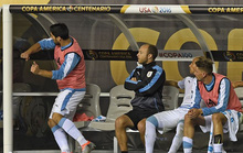 Suarez nổi giận ném áo, đấm cabin vì không được ra sân