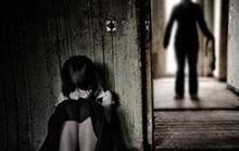 Cha mẹ vắng nhà, bé gái 11 tuổi bị người quen làm nhục