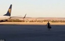 Nhỡ chuyến, hành khách lao ra đường băng chặn máy bay
