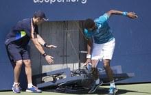 Monfils suýt bị đồng hồ đè gãy chân ở US Open
