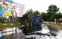 Lật xe bồn, hàng chục tấn nhựa đường chảy lênh láng