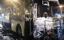 Vừa trả hết khách, xe 45 chỗ bất ngờ cháy trơ khung