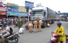 Xe tải cuốn xe máy vào gầm, 1 người chết, 1 người bị cán nát chân