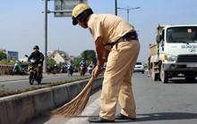 CSGT TP HCM gom đá dăm rơi vãi trên đường