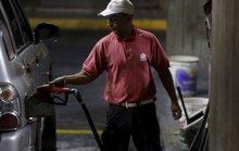 Chịu hết nổi, Venezuela tăng giá xăng lần đầu tiên sau 20 năm
