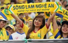 Fan nữ SLNA gây sốt sân Thống Nhất