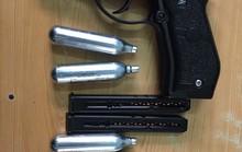 Thử súng bắn vào showroom ô tô 7 phát đạn