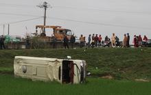 Xe khách bay xuống ruộng, 8 người nhập viện cấp cứu