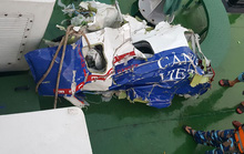 Đưa một số bộ phận của CASA-212 lên tàu Cảnh sát Biển