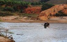 Có cầu tạm, dân vẫn liều mình đu dây vượt sông