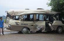 Cạy cửa giải cứu 7 người bị thương mắc kẹt trong xe khách dập nát