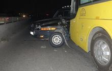 Xe khách húc, ủi xe con hàng chục mét trên Quốc lộ 1