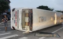 Phá cửa kính cứu hành khách kẹt trong xe khách bị lật