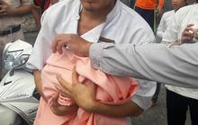 Bé gái sơ sinh bị bỏ rơi trong thùng rác