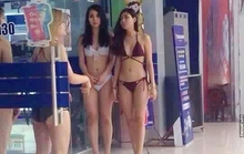 Người mẫu mặc bikini trong siêu thị điện máy để giáo dục giới tính
