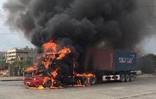 Đang lưu thông, xe container bốc cháy ngùn ngụt