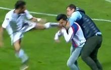 Tấn công trọng tài, fan bị cầu thủ đá vào mặt