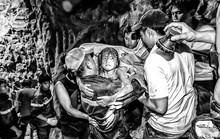 Đu dây giữa rừng cao su cứu 3 cháu bé khỏi trận ngập lịch sử