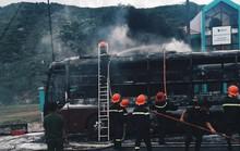 Cháy rụi xe giường nằm, nhiều hành khách thoát chết