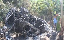 Ô tô bốc cháy trơ khung sau khi bị lật