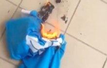 Higuain bị fan đốt áo, ném hình vào bồn cầu