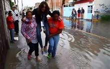 Sợ ướt giày, nữ phóng viên xinh đẹp mất việc