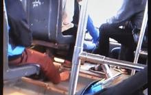 Sốc với tài xế vừa lái xe buýt vừa đánh bài