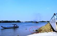 Đi đò qua sông, hành khách hốt hoảng phát hiện thi thể người