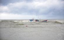 Tránh bão, 2 tàu cá bị sóng đánh chìm
