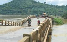 Cầu sụp lún 2 m, chính quyền vẫn để dân qua lại