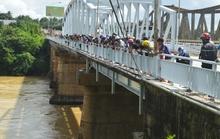 Người đàn ông để ô tô trên cầu nhảy sông tự tử