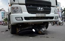 Xe bồn cán gần đứt lìa chân người đàn ông đi xe máy