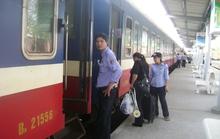 Sạt lở, đường sắt tê liệt nhiều giờ liền