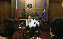 """Tokyo ngại"""" ông Duterte nhai kẹo cao su trước mặt Nhật hoàng"""