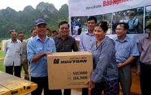 Báo Người Lao Động trao 15 máy phát điện ánh sáng trong lũ cho Quảng Bình