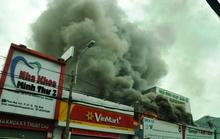 Khói lửa cuồn cuộn bốc lên từ xưởng garage ô tô