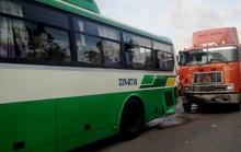 Xe container tông xe buýt, sinh viên hoảng loạn