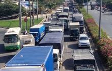 """Tai nạn liên tiếp trên Quốc lộ 1, hàng ngàn xe """"phơi nắng"""""""