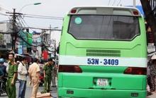 Người bán khoai chết thương tâm dưới bánh xe buýt