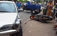 Xe BMW gây tai nạn liên hoàn, 2 bà cháu nhập viện