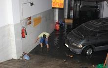 Nhiều phương tiện ngập nước vẫn chờ giải cứu