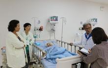 Lấy khối u 13 kg trong bụng cụ bà 100 tuổi